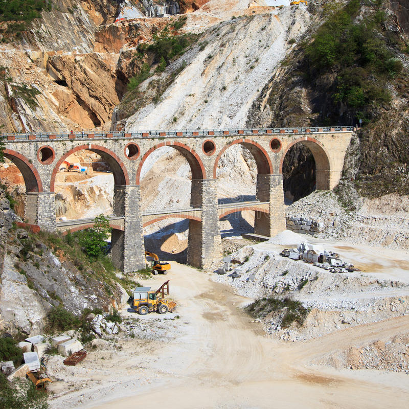 Mina de mármol, excavadores del puente. Carrara, Toscana imagenes de archivo