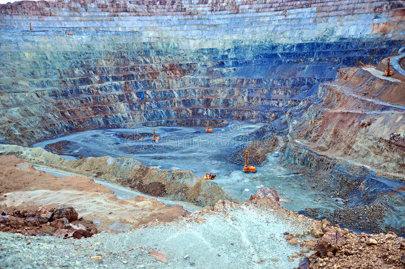 Mina de ouro do poço aberto em Rosia Montana, Romênia foto de stock royalty free
