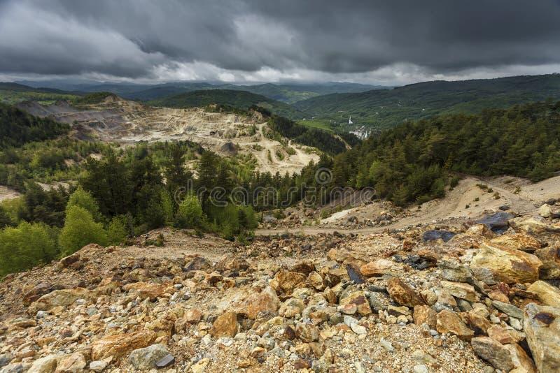 Mina de ouro do poço aberto em Rosia Montana, Romênia fotos de stock