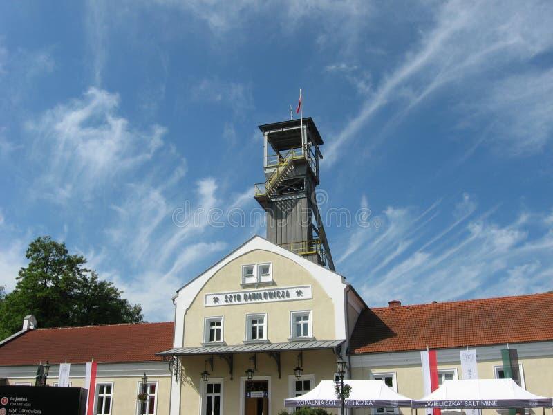 Mina de sal de Wieliczka Construção da mina de sal subterrânea e do céu nebuloso azul bonito como um fundo foto de stock