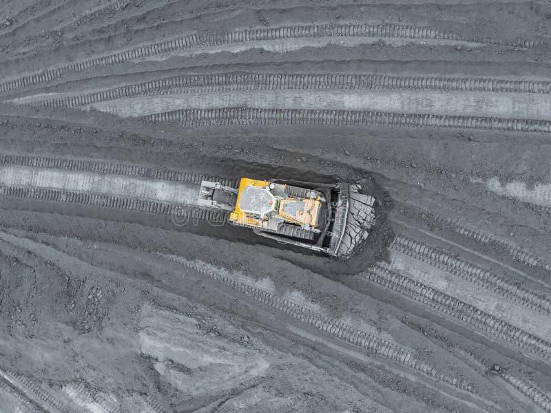 Mina del cielo abierto, clasificación de la raza Carbón de la explotación minera La niveladora clasifica el carbón Industria de e fotografía de archivo