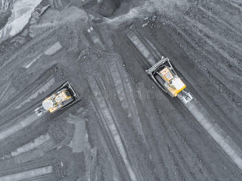 Mina del cielo abierto, clasificación de la raza Carbón de la explotación minera La niveladora clasifica el carbón Industria de e imágenes de archivo libres de regalías