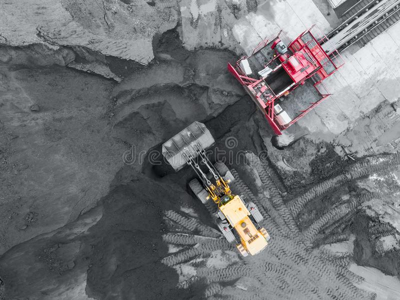 Mina del cielo abierto, clasificación de la raza Carbón de la explotación minera La niveladora clasifica el carbón Industria de e imagenes de archivo