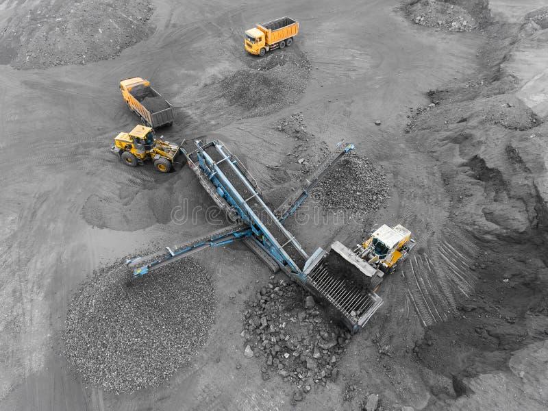 Mina del cielo abierto, clasificación de la raza Carbón de la explotación minera La niveladora clasifica el carbón Industria de e imagen de archivo