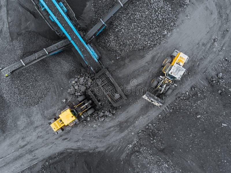 Mina del cielo abierto, clasificación de la raza Carbón de la explotación minera La niveladora clasifica el carbón Industria de e fotos de archivo