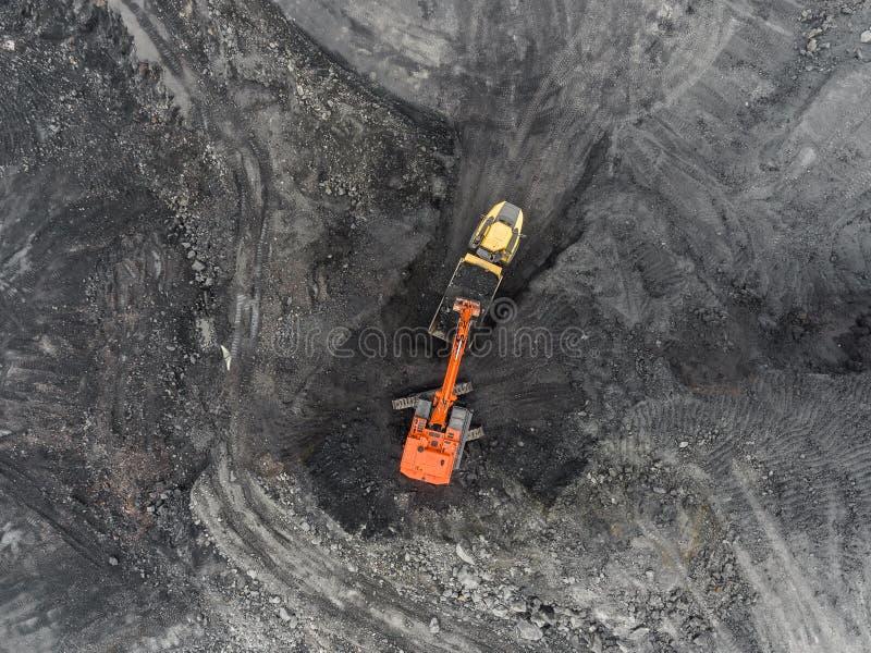 Mina del cielo abierto de la visión aérea, carga de la roca, carbón minero, industria de extracción fotografía de archivo
