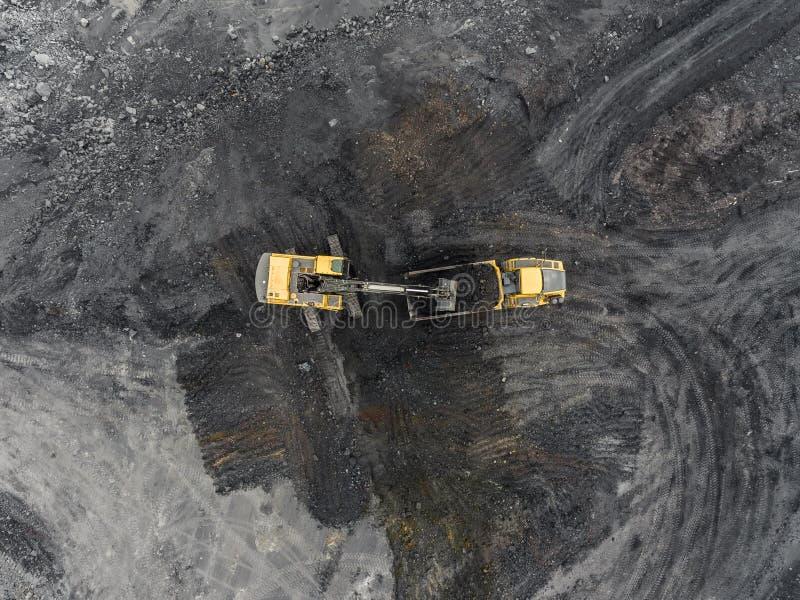 Mina del cielo abierto de la visión aérea, carga de la roca, carbón minero, industria de extracción imagenes de archivo
