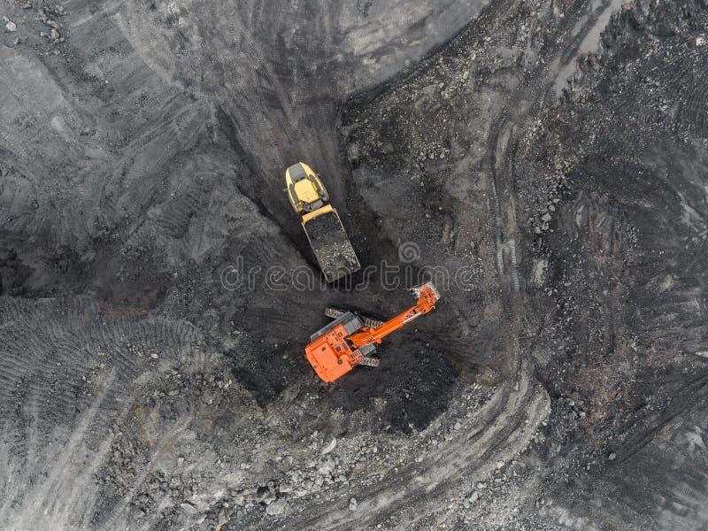 Mina del cielo abierto de la visión aérea, carga de la roca, carbón minero, industria de extracción fotografía de archivo libre de regalías