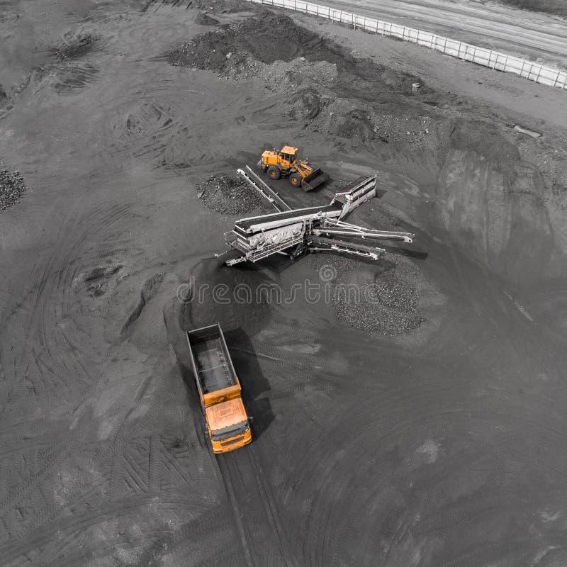 Mina del cielo abierto, raza que clasifica, carbón minero, industria de extracción fotos de archivo