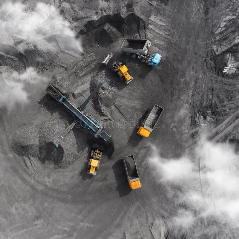 Mina del cielo abierto, raza que clasifica, carbón minero, industria de extracción imagenes de archivo
