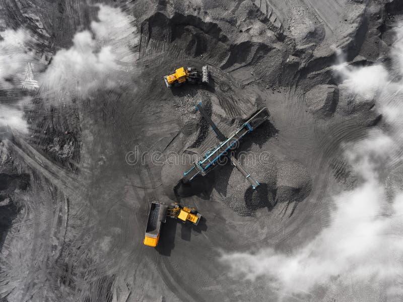 Mina del cielo abierto, raza que clasifica, carbón minero, industria de extracción imágenes de archivo libres de regalías