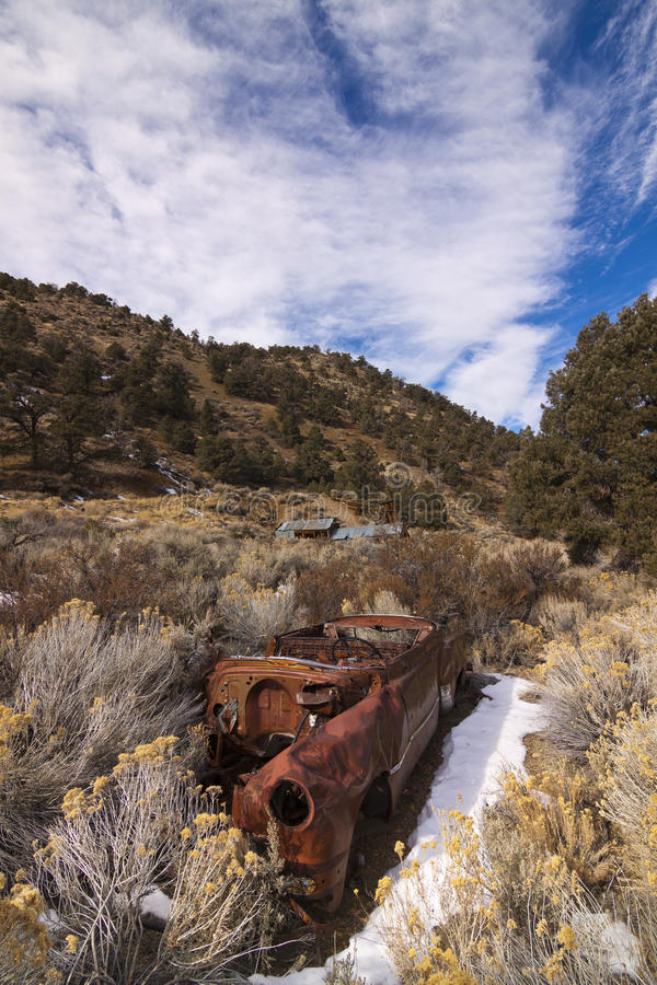 Mina e carro abandonados de ouro fotos de stock