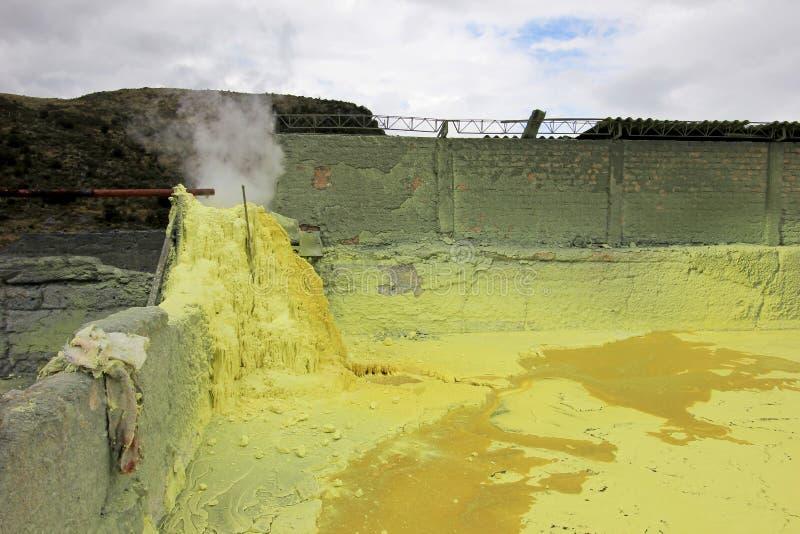 Mina y minería, vulcano Purace del azufre, cerca de Popayan, Colombia fotografía de archivo