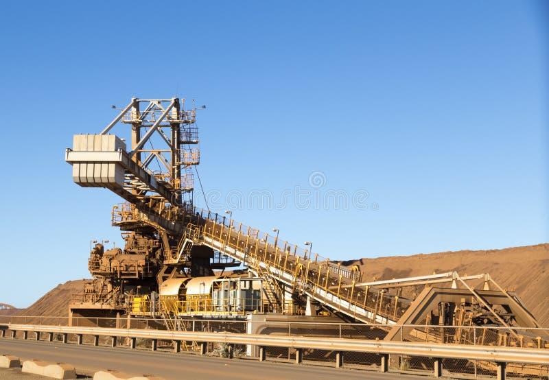 Minando en Australia algo de la infraestructura para el mineral de hierro minero foto de archivo libre de regalías