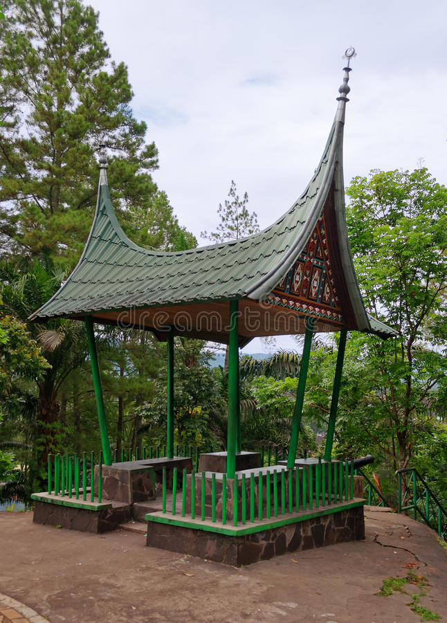 Minangkabau-Pavillon in Fort De Kock Bukittinggi indonesien lizenzfreie stockfotos