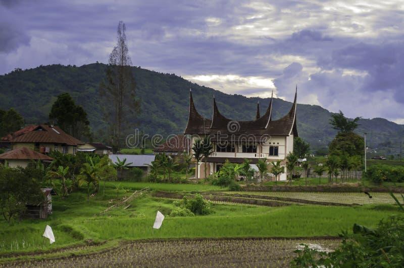 Minangkabau traditionellt hus i aftonen royaltyfri fotografi