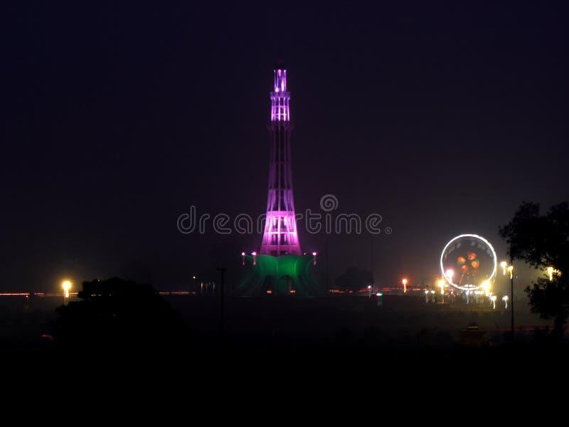 Minar e Paquistão, Lahore na noite imagens de stock