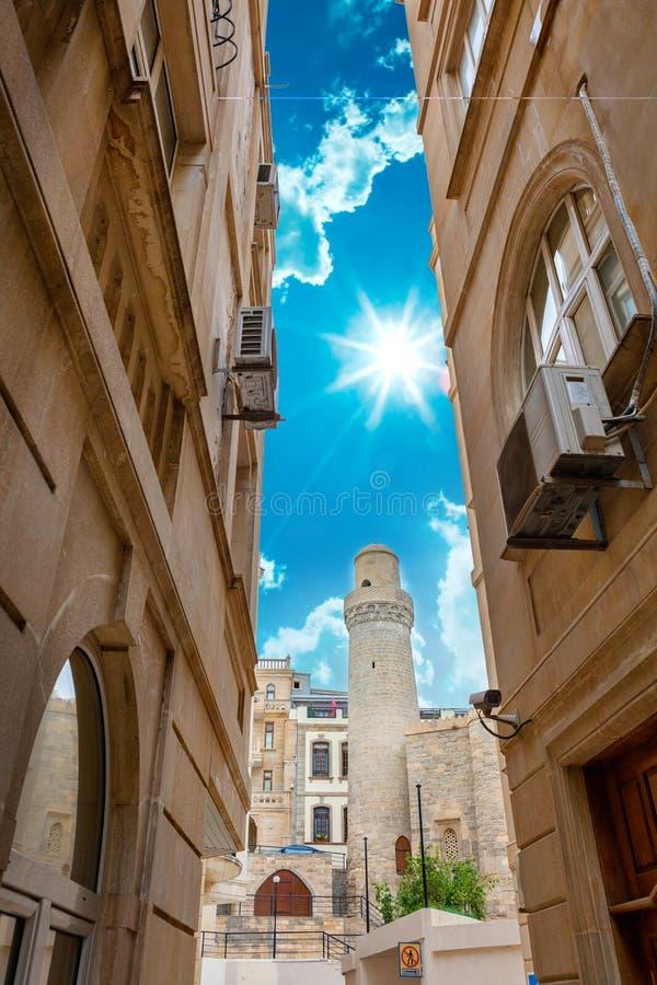 Minaret av den Juma moskén, Cume mescidi i Baku Old City, Azerbajdzjan arkivfoton