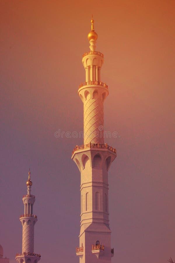MINARET av den största moskén av UAE, STORSLAGEN MOSKÉ för SCHEJK som ZAYED lokaliseras i ABU DHABI fotografering för bildbyråer