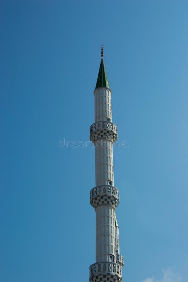 Minaret av moskén mot den blåa himlen arkivbild