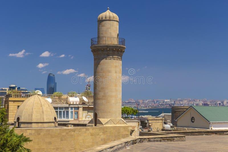 Minaret d'une mosquée dans la vieille ville-forteresse à Bakou image stock