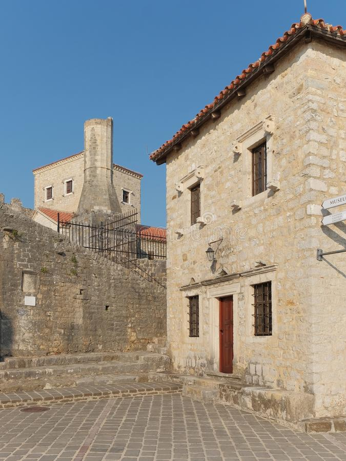 Minaret dans la vieille ville d'Ulcinj, Monténégro photographie stock libre de droits