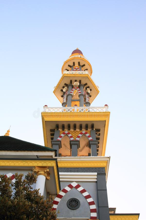 Minaret de mosquée à Jogjakarta pendant le coucher du soleil images libres de droits