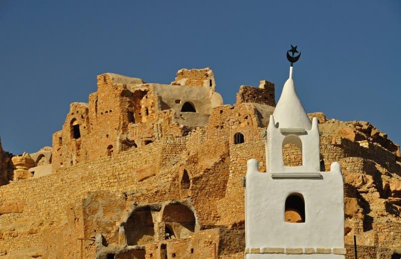 Minaret in een troglodytic dorp stock afbeelding