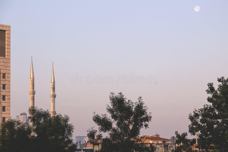 Minaret i det Levent området av Istanbul, ljus plats för morgon royaltyfri bild