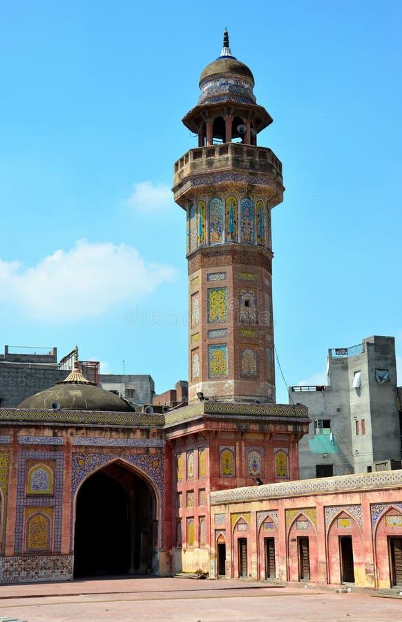 Minaret i podwórze z malującymi dachówkowymi frescoes Wazir Khan Meczetowy Lahore Pakistan obraz royalty free