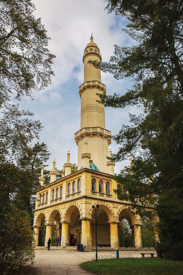 Minaret i trädgården av den Lednice slotten, Tjeckien fotografering för bildbyråer