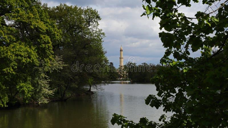 Minaret parkerar in av den Lednice slotten, Tjeckien royaltyfria foton