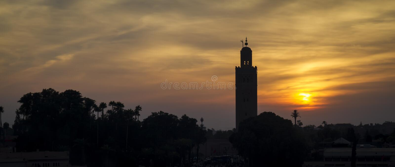 Minaret sur le coucher du soleil photographie stock
