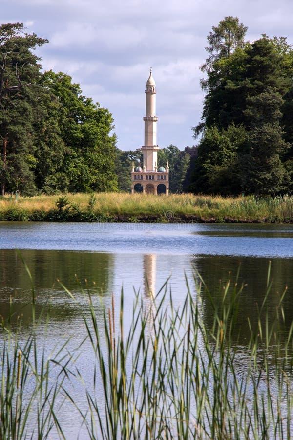 Minaret z stawem w parku, grodowy Lednice zdjęcie royalty free