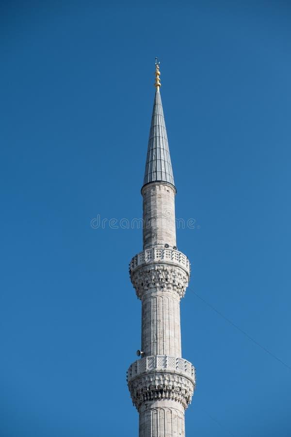 Minarete da mesquita no fundo profundo do céu azul imagens de stock