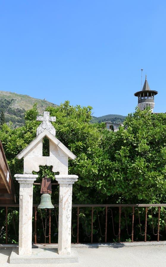 Minarete de Turk Catholic Church Bell e da mesquita fotografia de stock