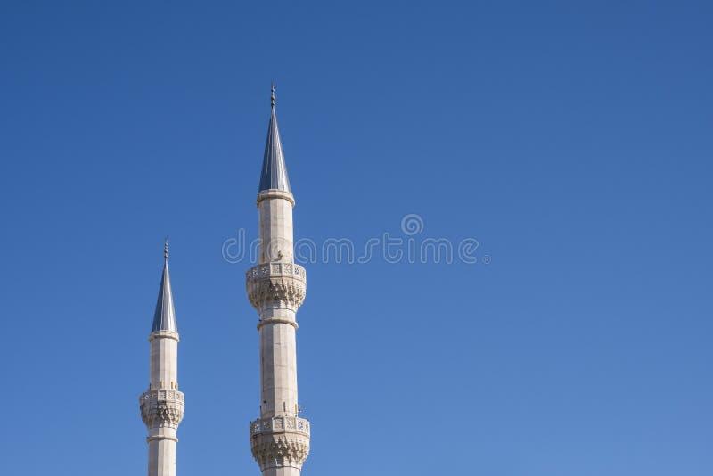 Minarete islâmico da mesquita e céu azul imagem de stock royalty free