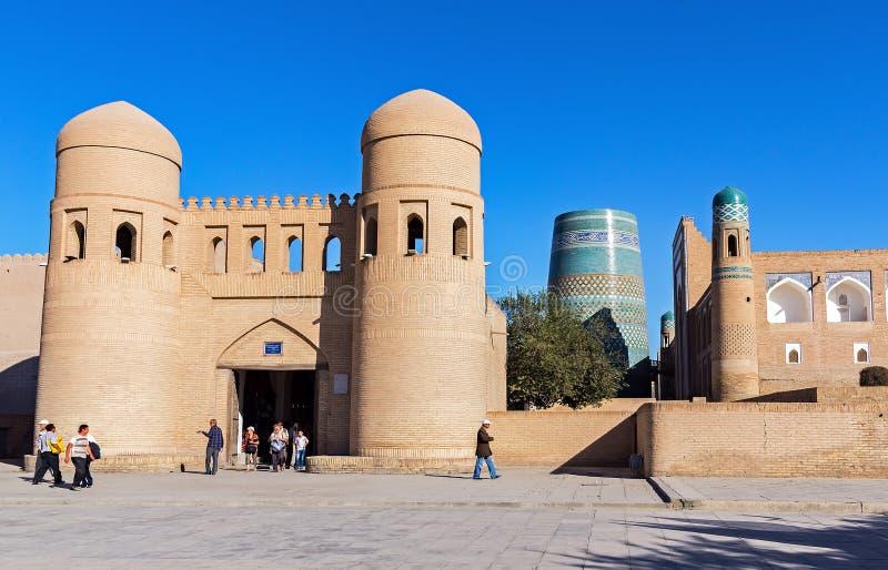 Minarete menor inacabado de Kalta e porta gêmea-turreted - Khiva, Usbequistão foto de stock royalty free