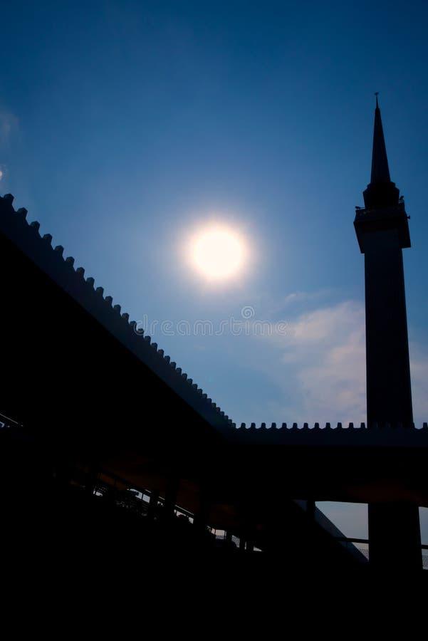Minarete moderno contra o sol fotos de stock royalty free