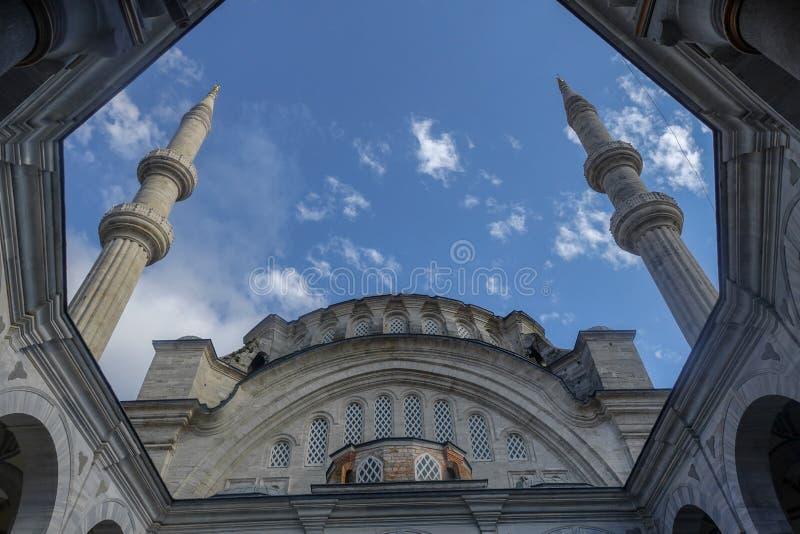 Minaretes das mesquitas e céu azul fotos de stock