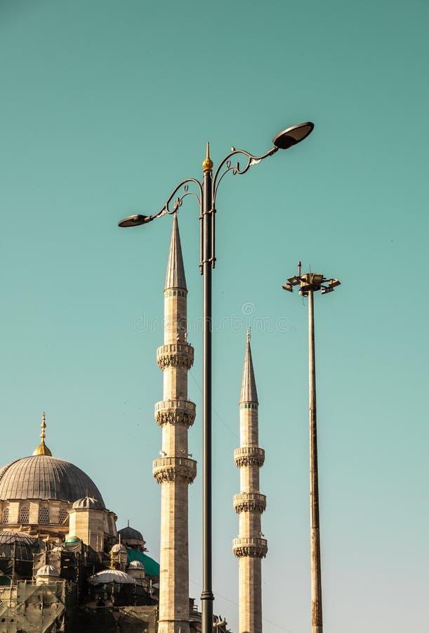 Minaretes, lâmpadas de rua e a abóbada de uma mesquita fotos de stock