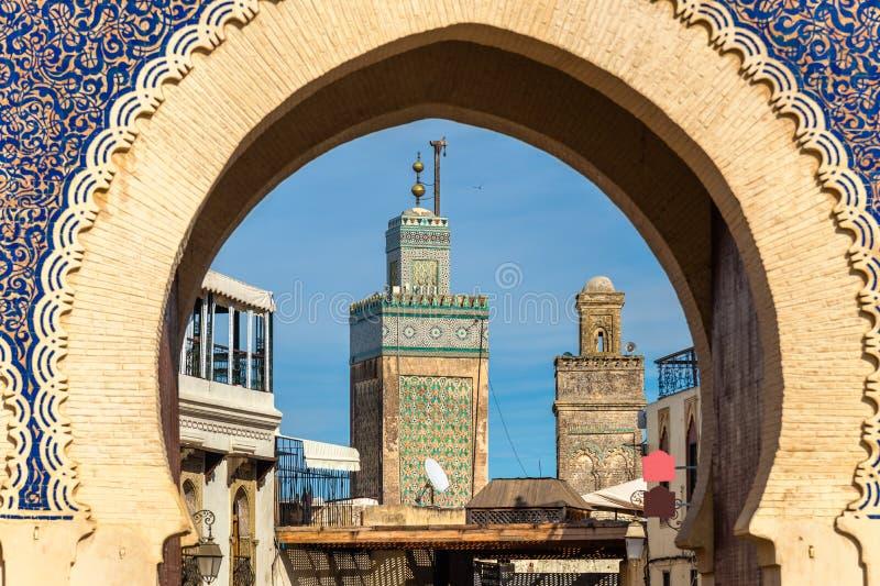 Minareti di throuth visto Fes Bab Bou Jeloud Gate morocco immagine stock libera da diritti