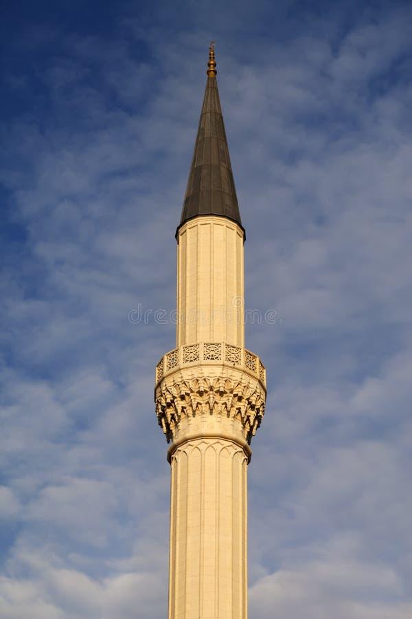 Minareto della moschea contro il cielo con le nuvole fotografia stock