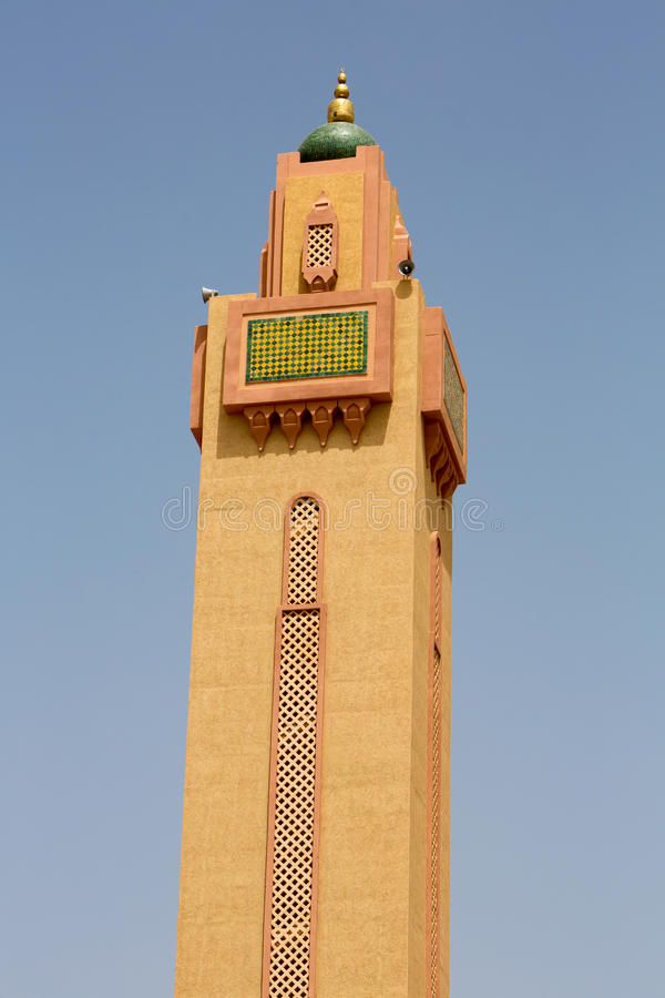 Minareto della moschea contro un cielo blu fotografia stock