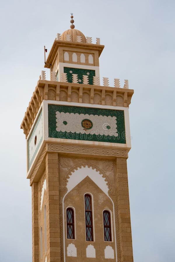Minareto della moschea contro un cielo blu fotografia stock libera da diritti
