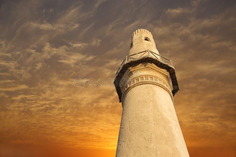 Minareto della moschea di Khamis di Al al tramonto, osservante in su fotografia stock libera da diritti