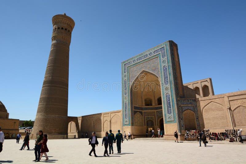 Minareto di Kalyan e portone dell'entrata della moschea di Kalan Complesso Po-io-Kalyan buchara uzbekistan fotografie stock libere da diritti