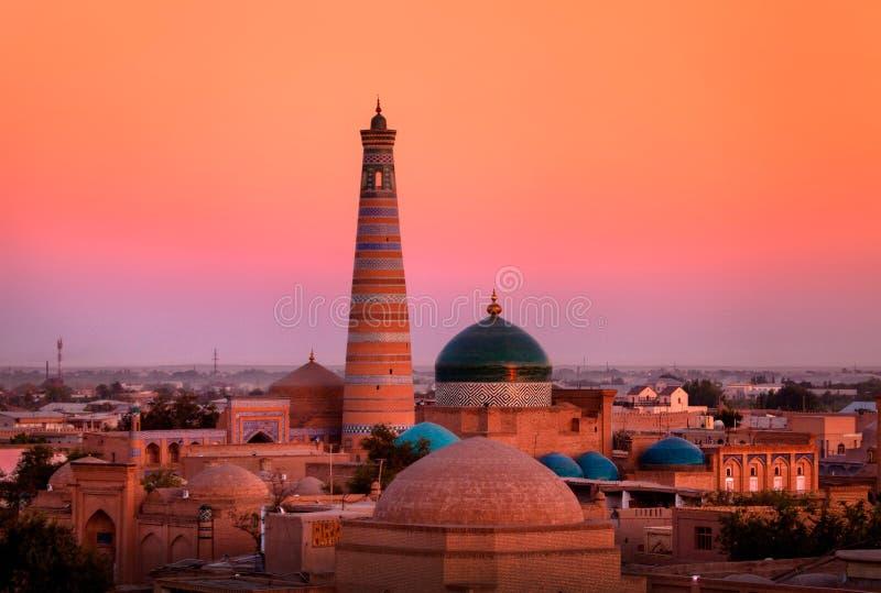 Minareto e madrasah di Islam-Khoja nel vecchio Khiva immagine stock
