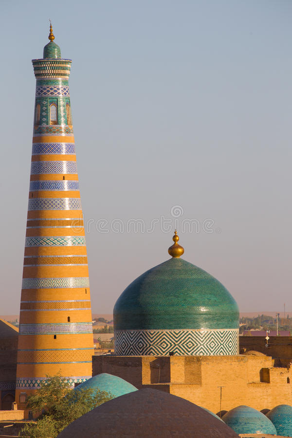 Minareto e moschea di Khodja di Islam in Khiva, l'Uzbekistan immagine stock