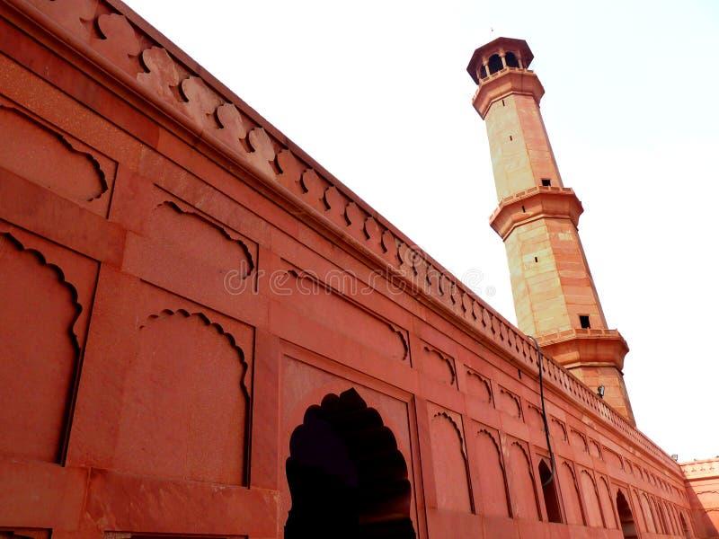Minareto laterale della moschea di Badshahi fotografia stock